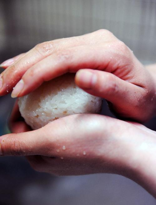 squeezing onigiri